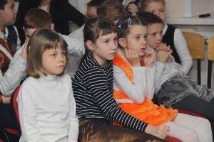 Юные зрители внимательно следят за выступлениями товарищей